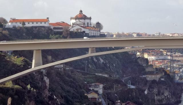 vista de uma ponte e um mosteiro