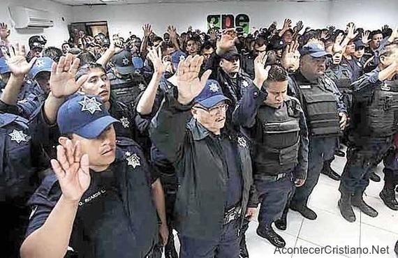 Policías oran antes de enfrentarse a la delincuencia