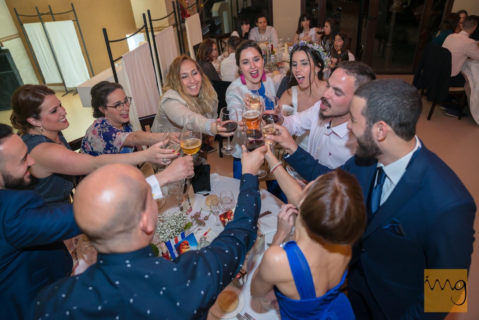 Fotografía de boda de brindis con ángulo picado