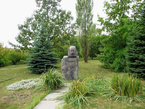 Донецьк. Ботанічний сад. Сад і пам'ятник Т. Г. Шевченку