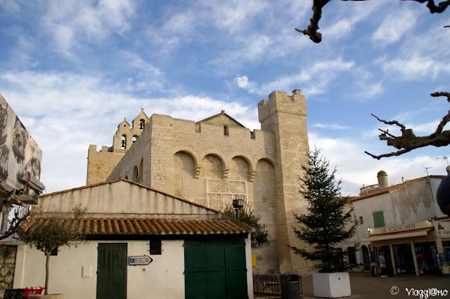 La chiesa fortificata nel centro di Les Saintes Maries de la Mer