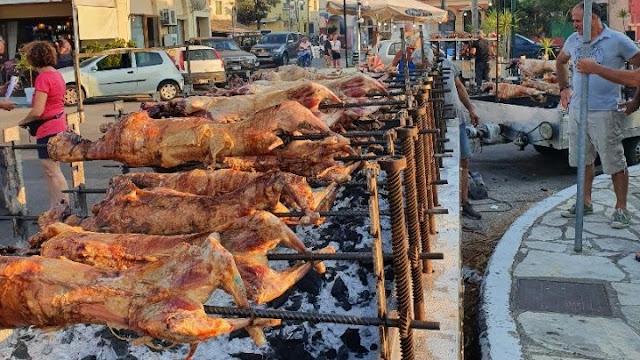 Κέρκυρα: Δεκαπενταύγουστος όπως το Πάσχα με αμέτρητες σούβλες στους δρόμους