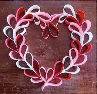 Kağıtlarla kalp çelenk yapımı