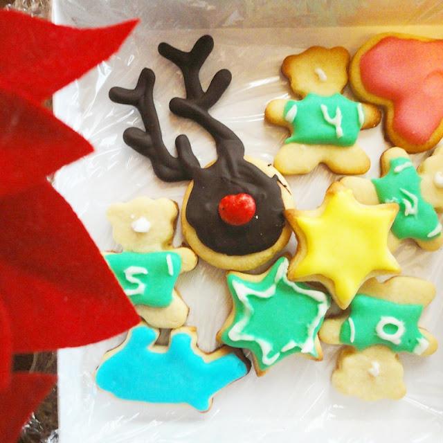 Varias galletas de estrellas y animales y una galleta rudolf