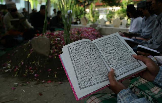 Mohon Sebarkan! Inilah Hukum Membaca Al-Qur'an, Yasin Dan Tahlil Untuk Orang Yang Sudah Meninggal, Begini Penjelasan Yang Benar