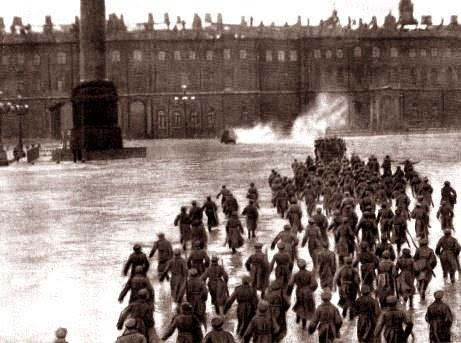 Scena da Ottobre, di Ėjzenštejn: l'assalto al palazzo d'inverno.