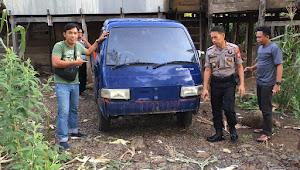 Mobil Tanpa Identitas Nyelonong di Kolong Rumah Warga
