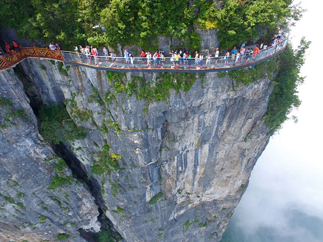 Melihat Walkways of the Tianmen Mountaind di Cina