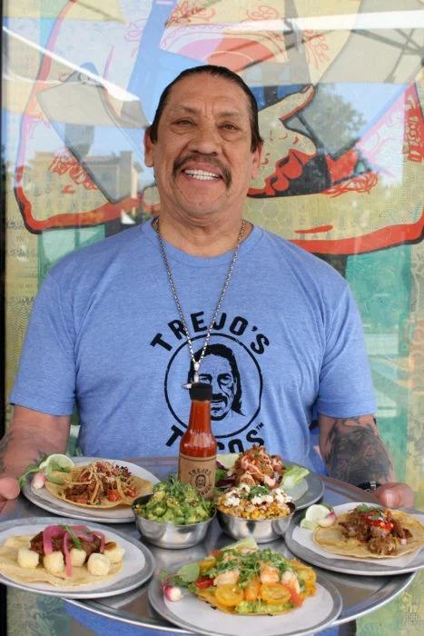 Danny Trejo entrega comida a trabajadores de la salud que combaten el coronavirus