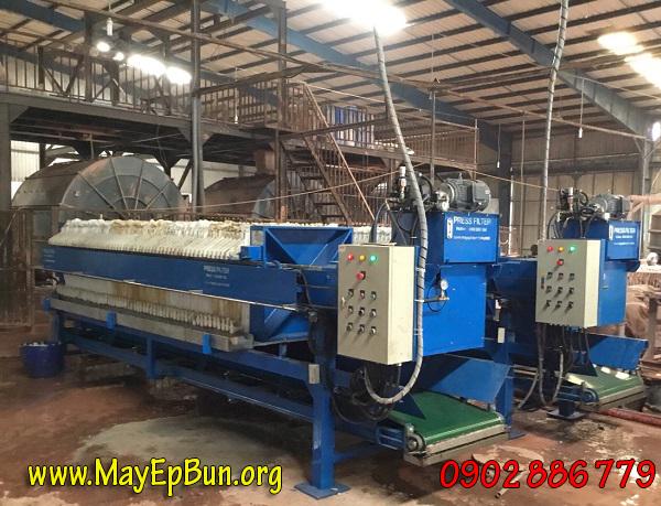 Máy ép bùn khung bản trong một nhà máy sản xuất gốm sứ, hàng do Vĩnh Phát gia công, chế tạo mang lại hiệu suất cao