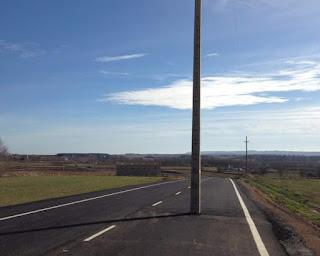 carretera, poste en medio