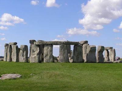 Stonehenge adalah Bangunan Megalitihic yang berusia lebih dari 5000 tahun. Banyak misteri dan perdebatan mengapa bangunan misterius di Inggris ini bisa ada di sana. Salah satu teori mengatakan bahwa Stonehenge merupakan observatorium Astronomi yang canggih untuk meramalkan datangnya Gerhana Matahari ataupun Bulan
