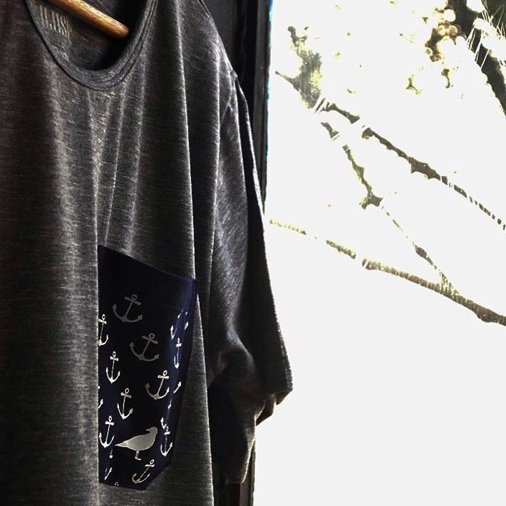 5a2dab92bf Calçados costurados à mão  vestidos tingidos um a um com corantes naturais   miniterrários que podem caber em um híman de geladeira