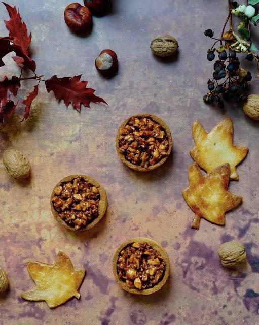 Régilait , caramel en tube , noisettes , amandes , noix , pâte sucrée , tartelettes