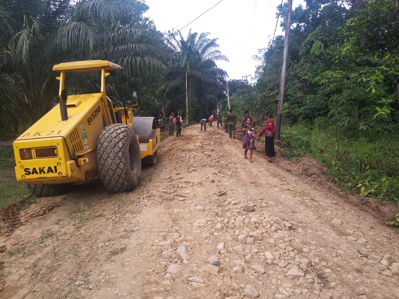 Kejar Target Satgas Tmmd Dan Warga Kebut Perataan Jalan Dengan Alber Vibro Suarakalbar Co Id Referensi Masyarakat Kalimantan Barat