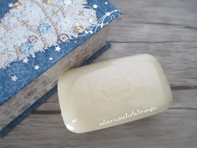 Caja navideña de música con un jabón dentro