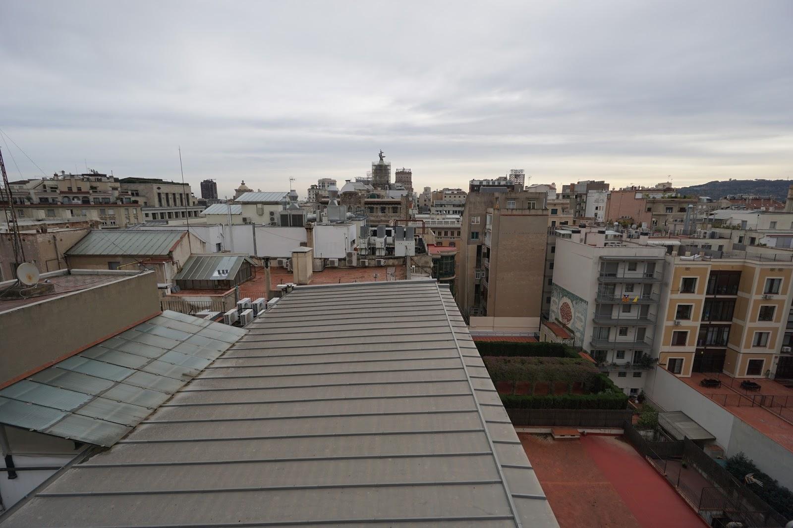 カサ・バトリョ(Casa Batlló)屋上からカサ・リェオ・モレラを眺める