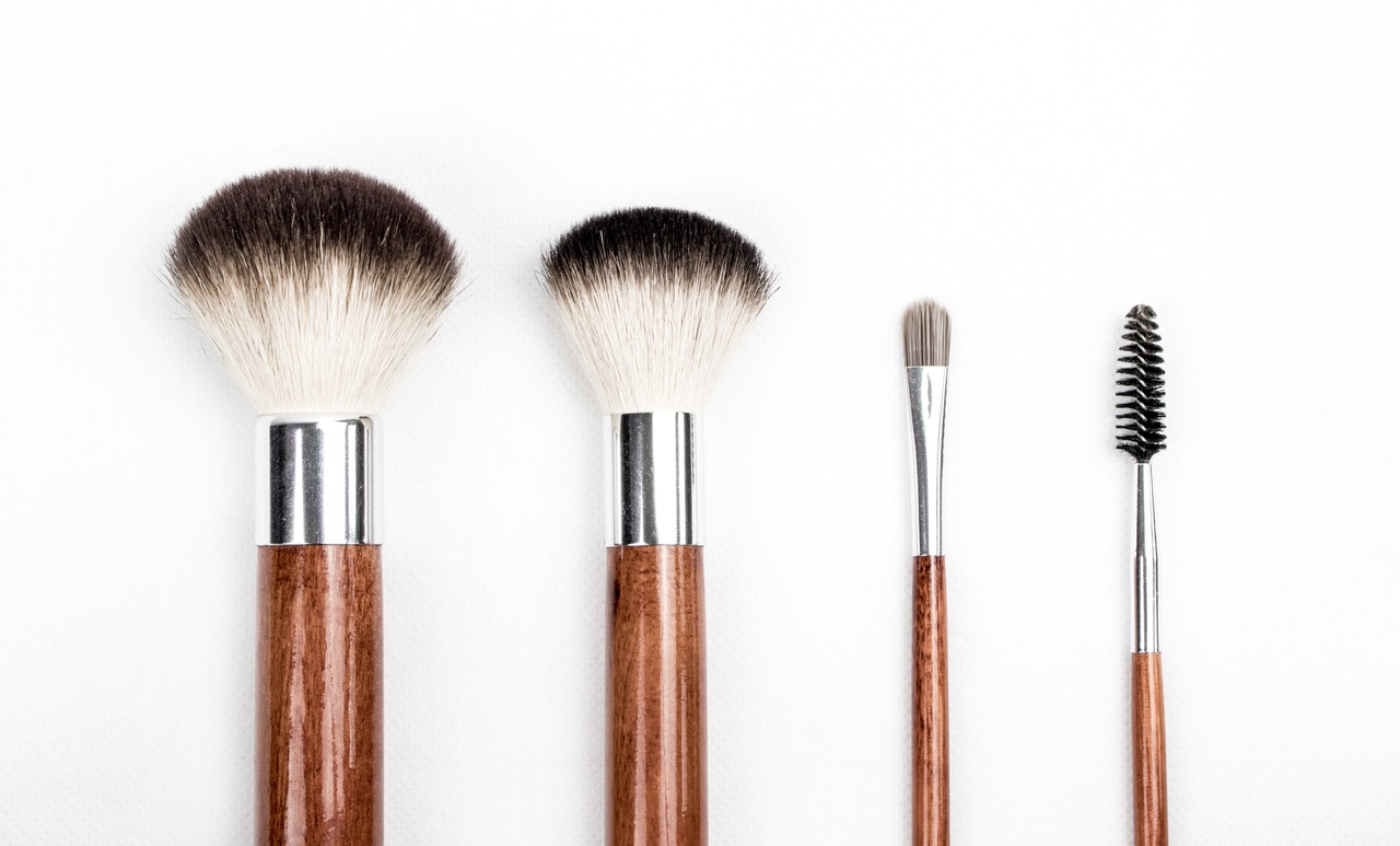 beauty essentials you need in your travel bag brushes