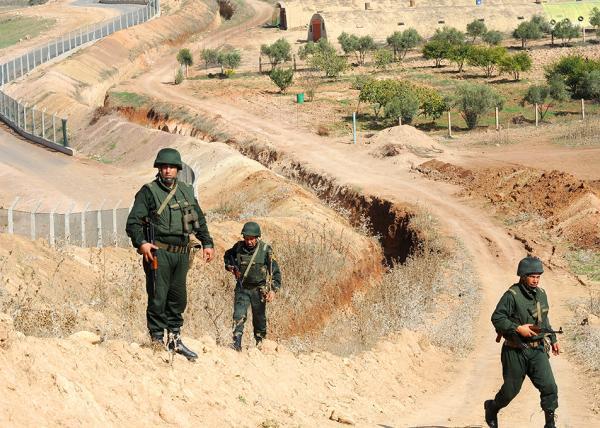 جنود جزائريين يستفزون جنودا مغربية في الحدود المغربية الجزائرية