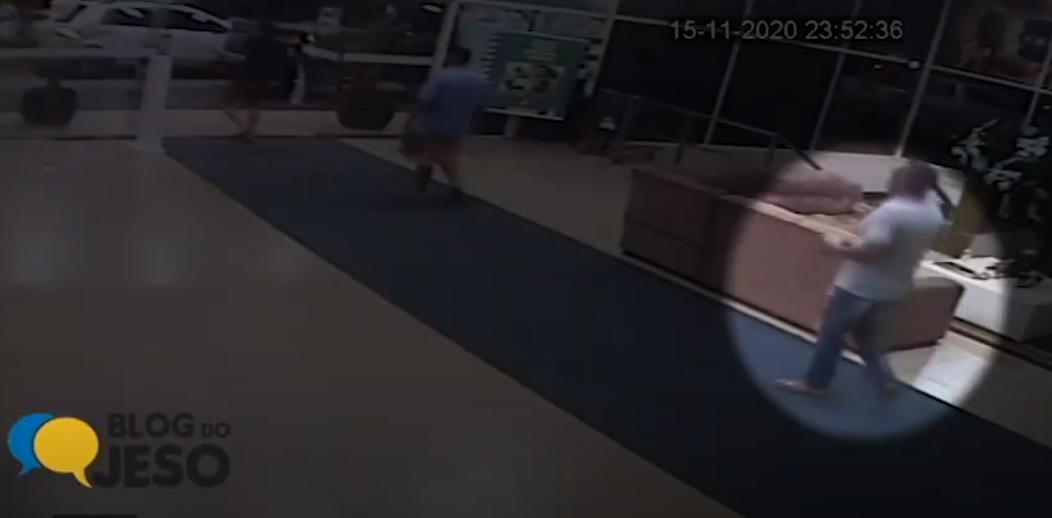 Vídeo mostra reação de Apolinário ao receber tiro de pistola até ser levado ao hospital