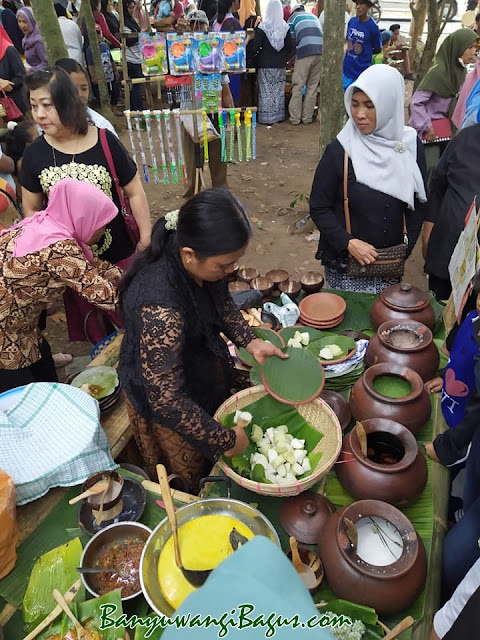 jajanan ndeso di Pasar Wit-Witan Singojuruh, Banyuwangi.
