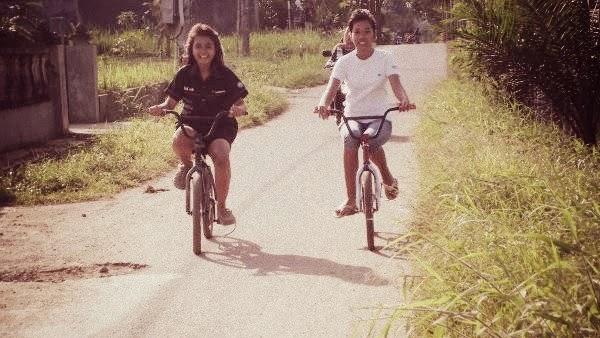 gadis sepeda, naik sepeda
