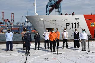 Kapal Patroli KPLP KN Trisula Serahkan Hasil Temuan SAR
