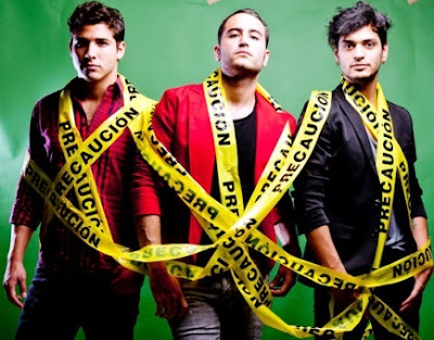 Foto de Grupo Reik envueltos con cinta amarilla
