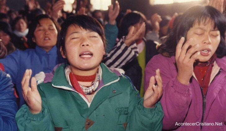 Cristianos chinos adorando a Dios en iglesia