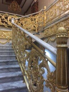 Desain khusus Railing Tangga Balkon Besi Tempa Klasik untuk Rumah Mewah dengan Ornamen Besi Tempa / alferon