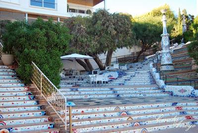 Escalinata de mosaico en la playa del Hornillo realizada por el Casuco, un aguileño muy polifacetico