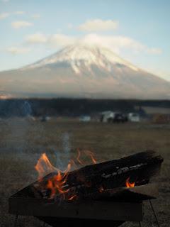 ふもとっぱらキャンプ場 焚火越しに富士山を眺める