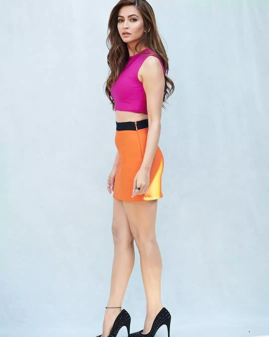 kriti-kharbhanda-hot-looks-in-pink-top-and-orange-mini-skirt