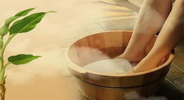 Ngâm chân vào nước nóng để tăng cường lưu thông máu lên não