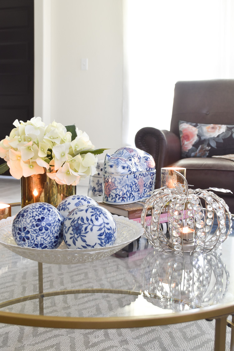 Blue and white chinoiserie decor in a white living room with fall decor. #chinoiseriechic #blueandwhite #glamdecor