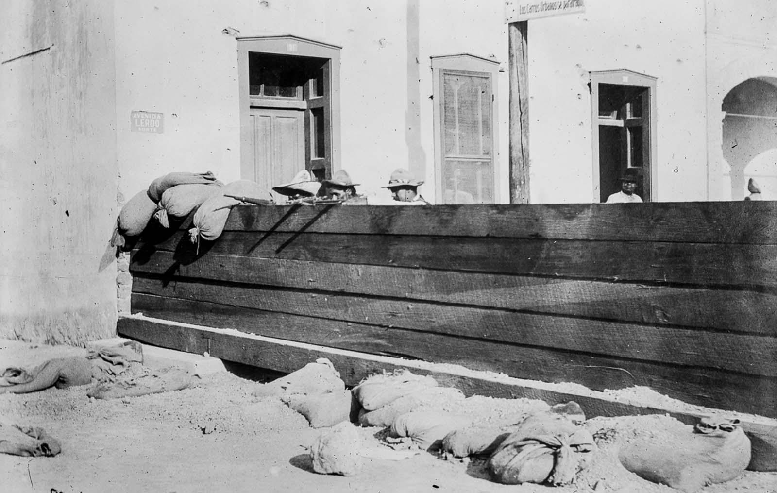 Szövetségi barikád Ciudad Juárezben, amelyet lázadók fogtak el.