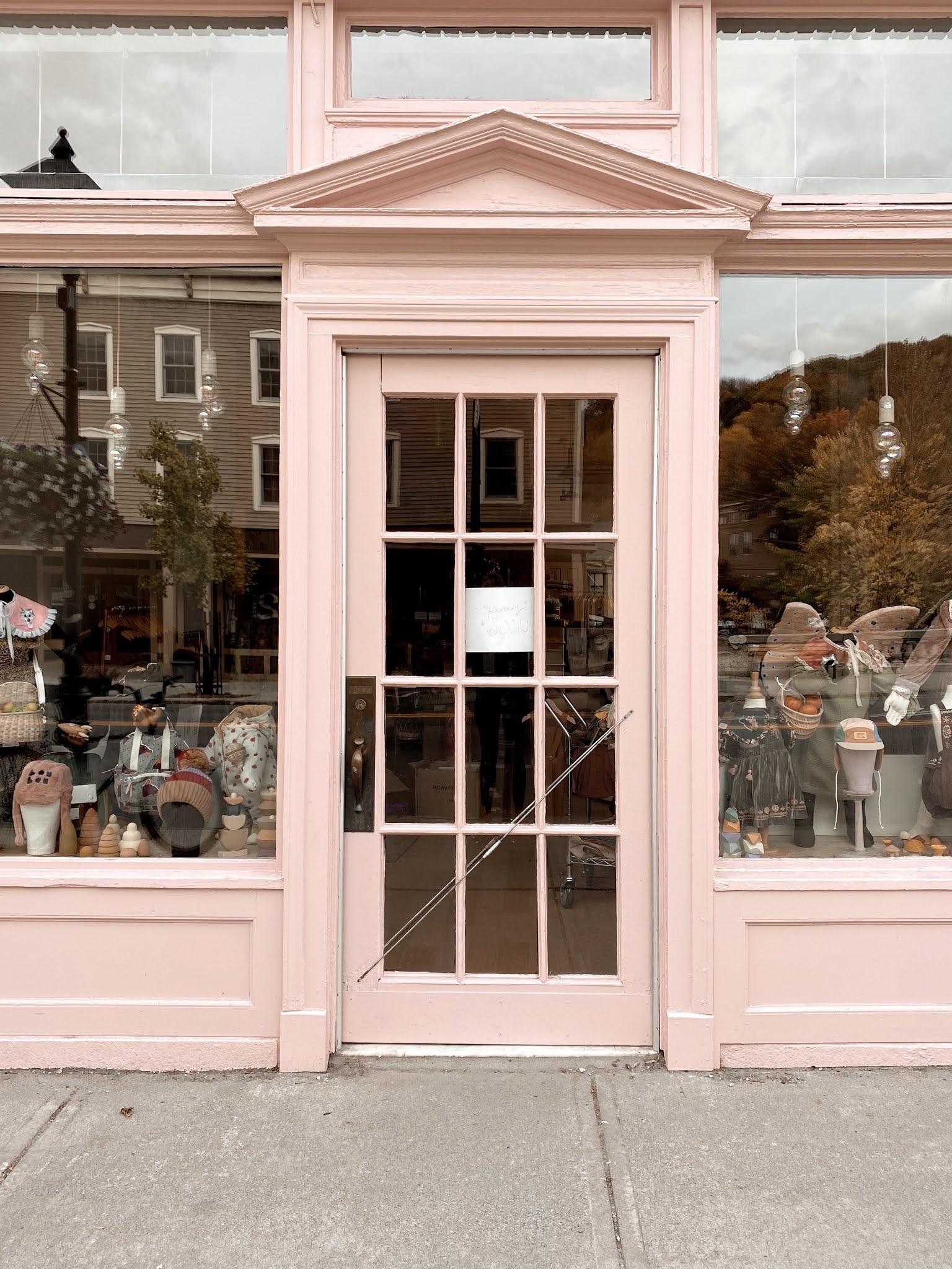 Pink Door in Vermont | biblio-style.com