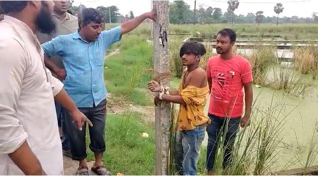 मुजफ्फपुर में एक युवक चोरी के आरोप में बिजली के खम्भे से बांधकर पिटा