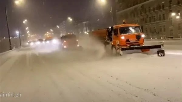 A severe snowstorm hits Moscow. Watch