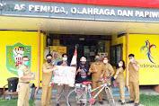 Pak De Jhoni berkeliling Indonesia menggunakan sepeda ontel sampai di Sanggau