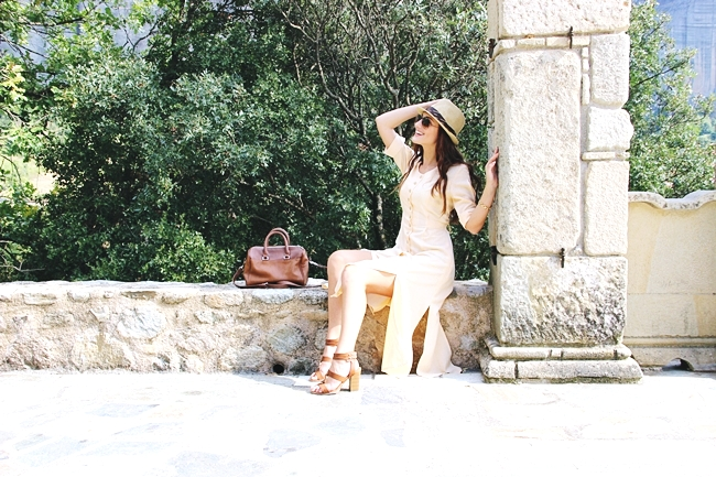 Blush maxi linen dress.Stradivarius brown bag.Voi&Noi sandals.Panama straw hat.Ray-Ban aviator sunglasses.Maxi haljina od lana u boji breskve.