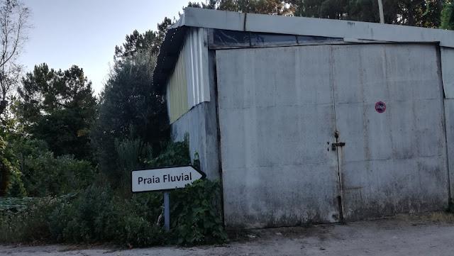 Vire á direita em relação á praia Fluvial ao encontrar esta pequena empresa