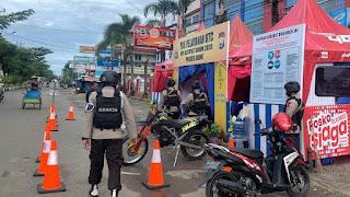 Personel Brimob Bone tampak masih berjaga di pos pengamanan Hari Raya Idul Fitri di depan Bone Trade Centre (BTC) Jl. Agussalim Watampone, Senin 25 Mei 2020