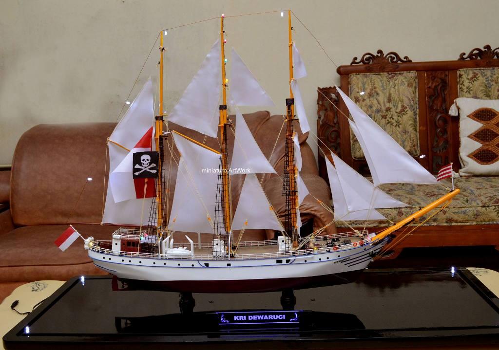 miniatur kapal layar kri dewaruci indonesia sailing ship