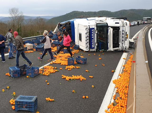 Νταλίκα που μετέφερε πορτοκάλια ανετράπη στον αυτοκινητόδρομο Σπάρτης-Τρίπολης