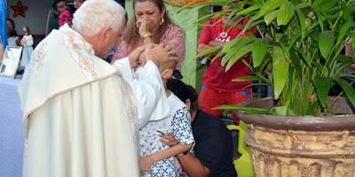 imagem de Bispo abençoando criança em tratamento de câncer