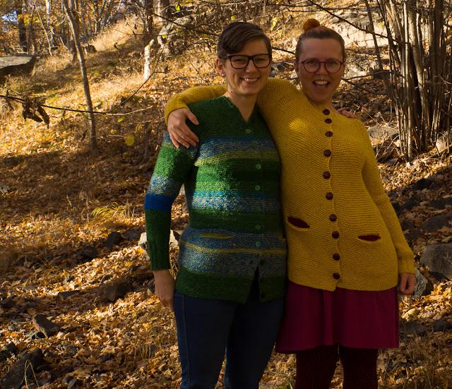 Elin och Josefine i Charlotte cardigan