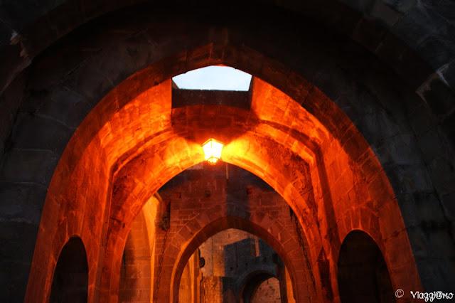 Scorcio sulla porta di accesso alla cittadella in notturna