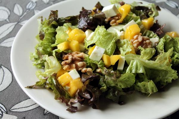 Ensalada de mango, queso fresco y nueces con vinagreta de miel