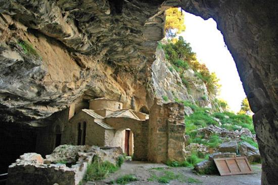 Kapel di dalam Gua Penteli